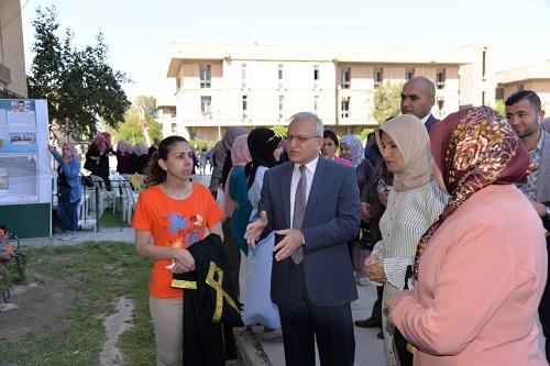 رئيس جامعة بغداد يزور معرض بوسترات الظواهر الاجتماعية في كلية التربية للبنات