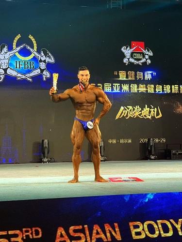 طالب من كلية التربية الرياضية بجامعة بغداد يحصد الميدالية الذهبية في بطولة اسيا