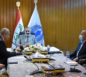 رئيس جامعة بغداد يسلم شهادات مشاركة اعضاء فريق التعليم الالكتروني في دورة ايركس.